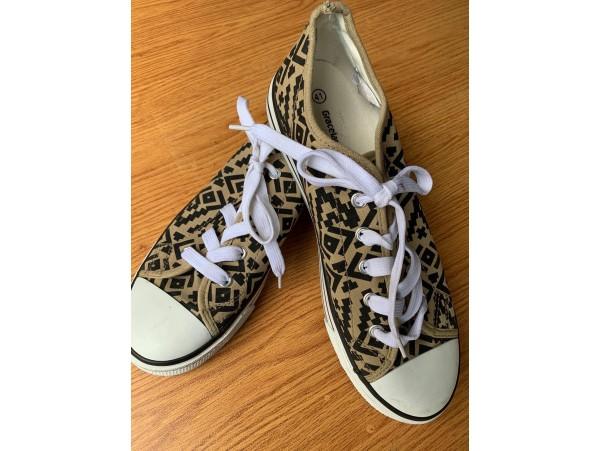 """Esra Sönmezer'in """"Graceland"""" Marka Ayakkabısı"""